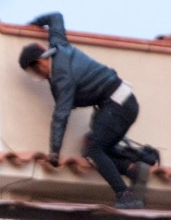 Ladron trepando por un edificio