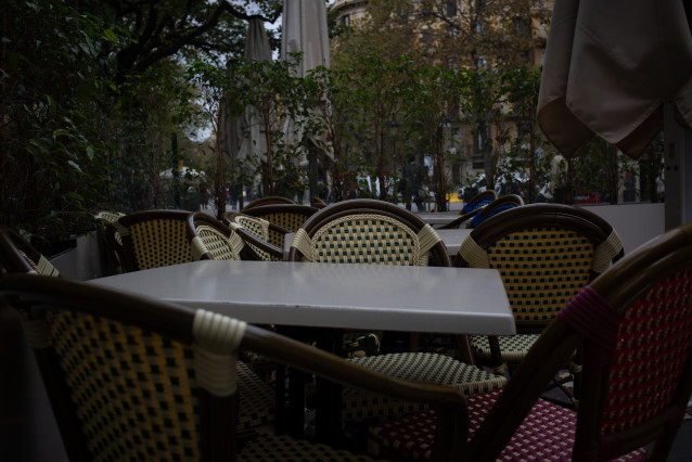 Sillas y mesas de la terraza de un bar cerrado durante el cuarto día de la entrada en vigor de las nuevas restricciones en Cataluña, en Barcelona, Cataluña (España) a 20 de octubre de 2020.