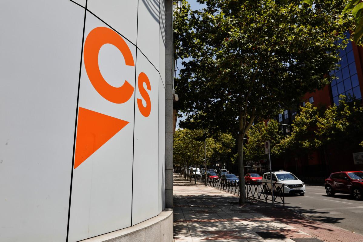 Archivo - Logo de Ciudadanos en el edificio de la sede del partido, situado en la calle Alcalá, en Madrid (España).