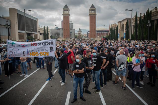 Una multitud de personas se concentra durante una nueva manifestación de trabajadores de Nissan, esta vez en la Plaza de España, como protesta por el anuncio, hace dos semanas, del cierre por parte de la compañía de automóviles de las plantas de la Zona F